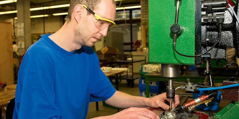 #43 (kein Titel) – Unser Arbeitsspektrum reicht von einfachsten Zuordnungs- und Verpackungsarbeiten bis hin zum Einsatz von CNC-Maschinen.
